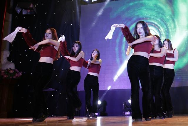 """Sinh viên Báo chí hóa """"cụ già hiphop"""" trong ngày hội chào khóa mới - 7"""