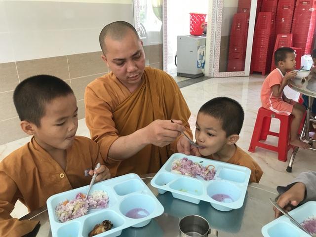 200 đứa trẻ họ Hồ lớn lên trong vòng tay của thầy trụ trì chùa Hồng Quang - 3