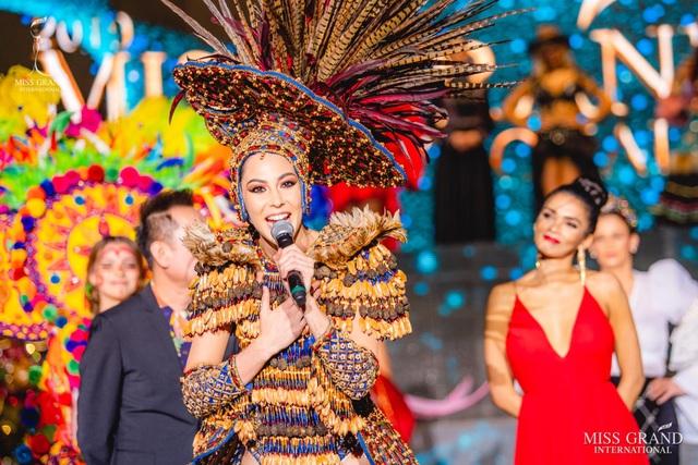 Việt Nam lọt top 20 bộ trang phục dân tộc đẹp nhất Hoa hậu hoà bình quốc tế 2019 - 14
