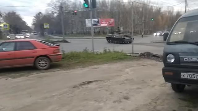 Video thiết giáp Nga vượt đèn đỏ, đâm thẳng ô tô trên đường - 1