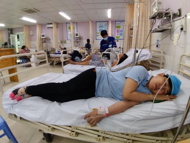 Hàng loạt công nhân nhập viện nghi ngộ độc thực phẩm - 2