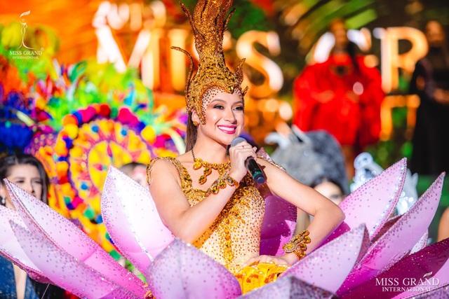 Việt Nam lọt top 20 bộ trang phục dân tộc đẹp nhất Hoa hậu hoà bình quốc tế 2019 - 13