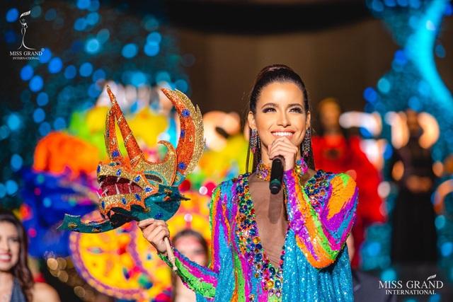 Việt Nam lọt top 20 bộ trang phục dân tộc đẹp nhất Hoa hậu hoà bình quốc tế 2019 - 12