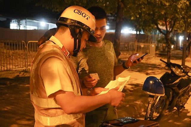 Bị CSGT kiểm tra, hàng loạt tài xế xe quá tải gọi điện cho người thân - 4