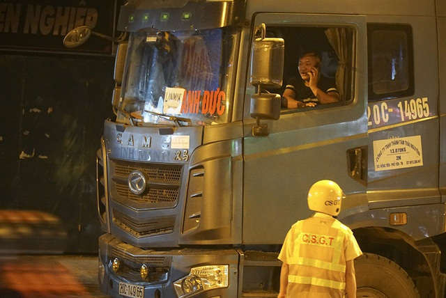 Bị CSGT kiểm tra, hàng loạt tài xế xe quá tải gọi điện cho người thân - 3