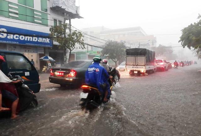 Cần Thơ mưa lớn, nhiều tuyến đường biến thành sông - 6