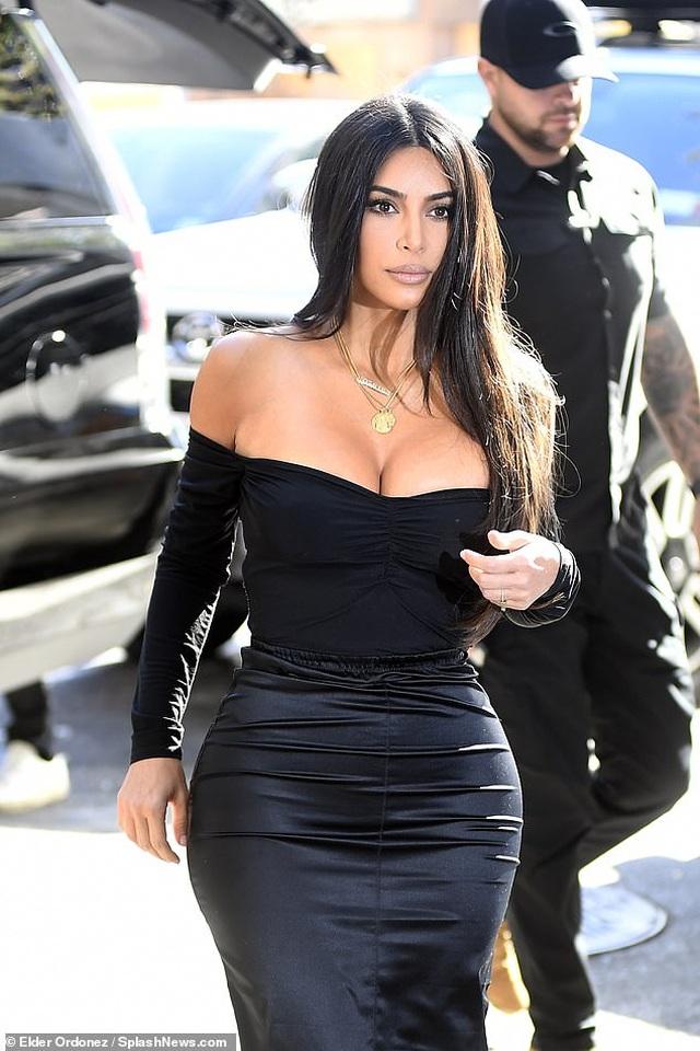 Kim Kardashian hạnh phúc sánh đôi bên chồng - 12
