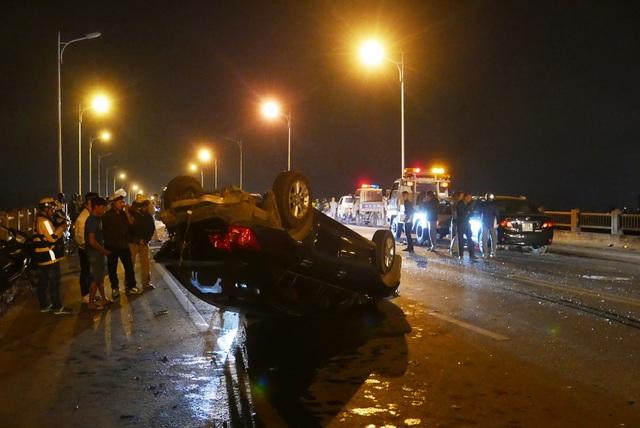 Hà Nội: Tai nạn kinh hoàng giữa 3 xe ô tô trên cầu Vĩnh Tuy - 1