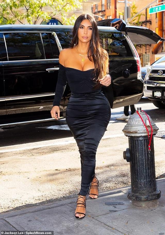 Kim Kardashian hạnh phúc sánh đôi bên chồng - 11