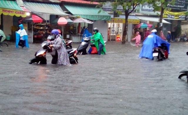 Cần Thơ mưa lớn, nhiều tuyến đường biến thành sông - 1