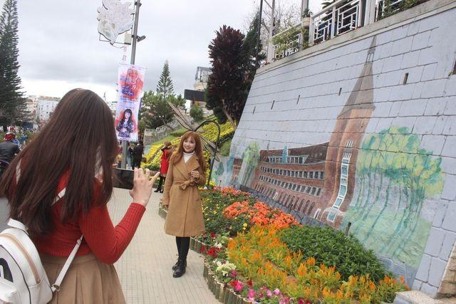 Không gian hoa còn được mở rộng đến các công viên, tiểu cảnh, tuyến phố, khu dân cư, khu điểm du lịch trên địa bàn thành phố Đà Lạt và vùng phụ cận với sự tham gia, đồng hành tích cực từ các doanh nghiệp, tổ chức và từng hộ gia đình.(ảnh: Ngọc Hà)