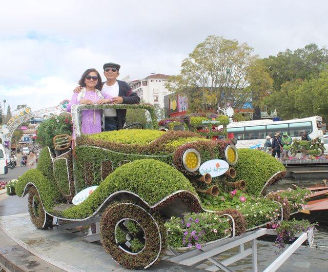 Những chiếc ô tô, xe lam, vespa... cổ được tái hiện sinh động bằng hàng chục loài hoa độc đáo và lạ mắt đang thu hút rất nhiều khách du lịch trong năm 2017. (ảnh: Ngọc Hà)