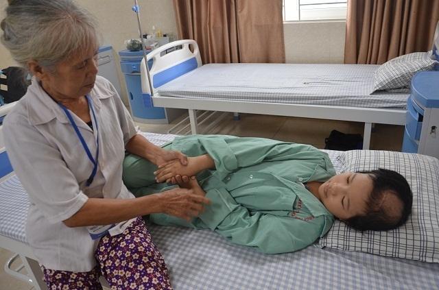 Vượt qua tử thần nơi bệnh viện, 2 bà cháu mạnh tay giúp đỡ hoàn cảnh khó khăn - 2