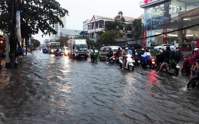 Cần Thơ mưa lớn, nhiều tuyến đường biến thành sông - 2