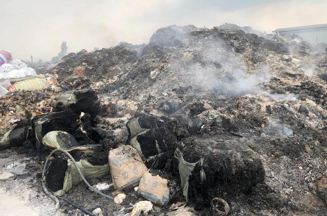Cơ sở phế liệu đốt hàng tấn rác thải sai quy định - 2