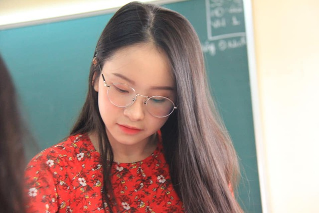 Cô giáo thực tập bất ngờ nổi tiếng với khuôn mặt trẻ như học sinh - 4