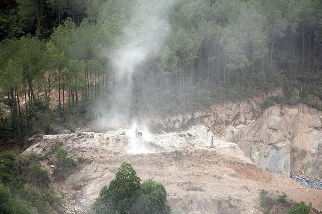 Núi Hồng chi chít những vết sẹo: Dãy núi huyền thoại bị xẻ thịt đến xót xa! - 8