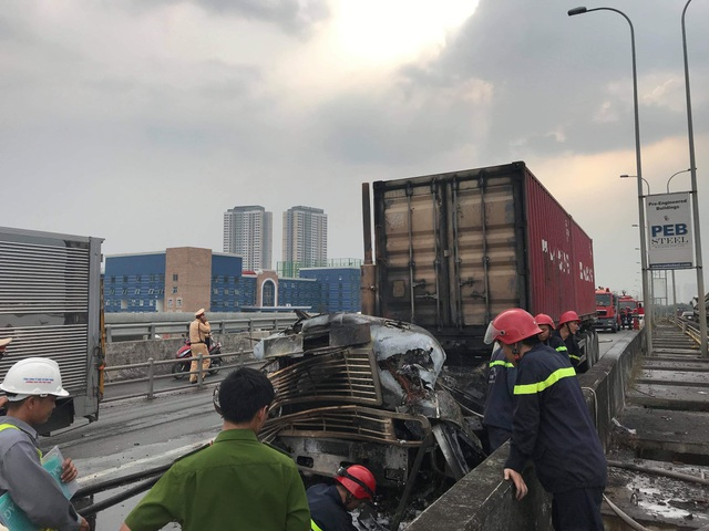 Lửa bao trùm xe đầu kéo, cao tốc cửa ngõ Sài Gòn tê liệt - 2