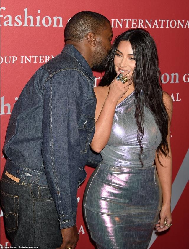 Kim Kardashian hạnh phúc sánh đôi bên chồng - 1