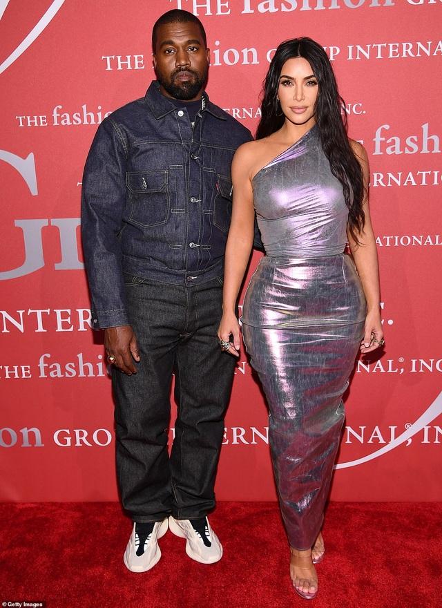 Kim Kardashian hạnh phúc sánh đôi bên chồng - 2