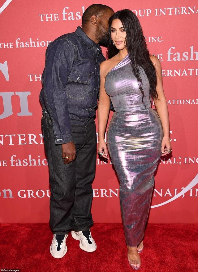 Kim Kardashian hạnh phúc sánh đôi bên chồng - 3