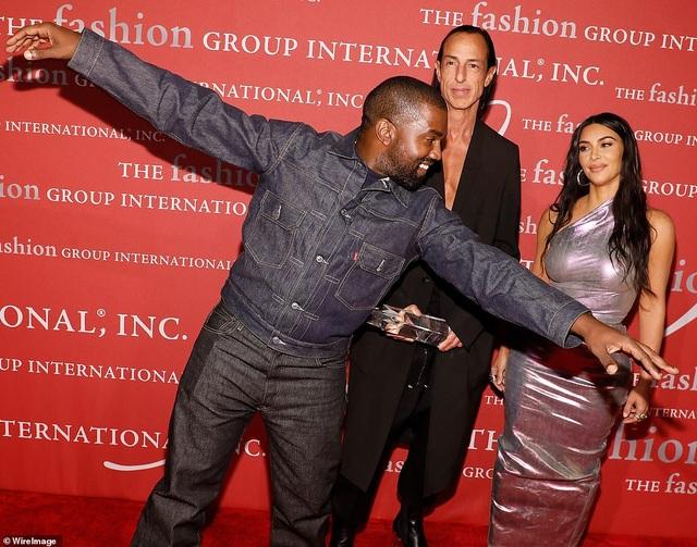 Kim Kardashian hạnh phúc sánh đôi bên chồng - 7