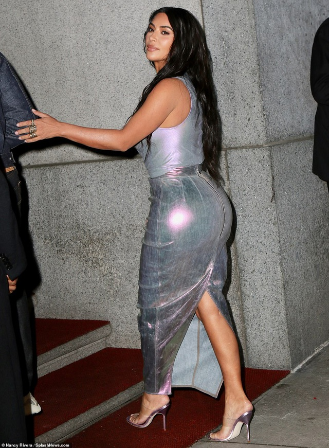 Kim Kardashian hạnh phúc sánh đôi bên chồng - 4