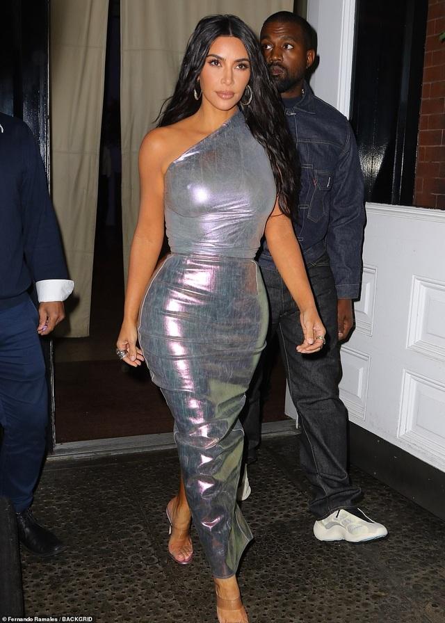 Kim Kardashian hạnh phúc sánh đôi bên chồng - 6