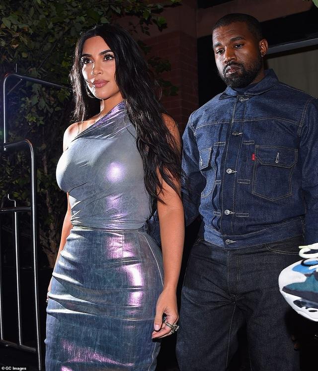Kim Kardashian hạnh phúc sánh đôi bên chồng - 5