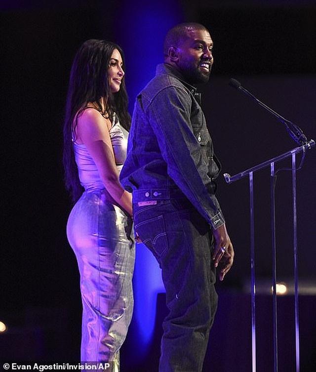 Kim Kardashian hạnh phúc sánh đôi bên chồng - 9