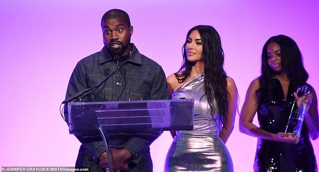 Kim Kardashian hạnh phúc sánh đôi bên chồng - 8
