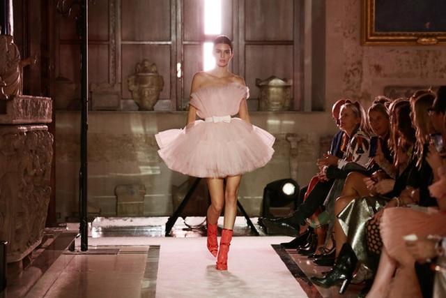 Kendall Jenner khoe chân dài với váy đỏ rực - 7