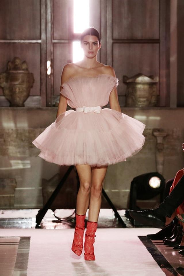 Kendall Jenner khoe chân dài với váy đỏ rực - 6