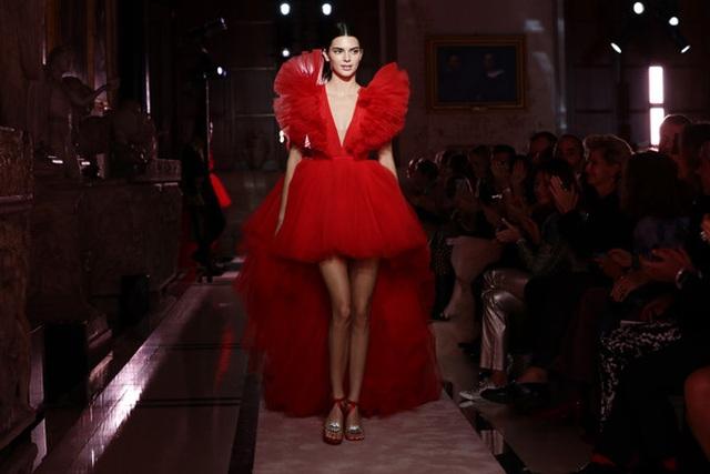 Kendall Jenner khoe chân dài với váy đỏ rực - 1