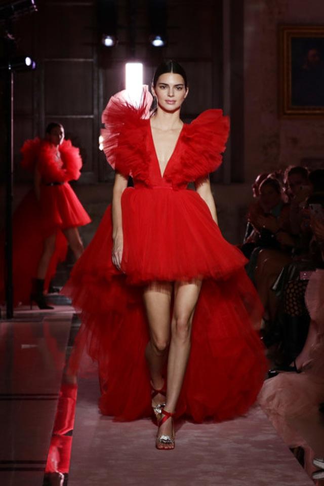 Kendall Jenner khoe chân dài với váy đỏ rực - 3