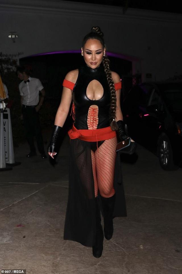 Bạn cô Kim khoe ngực khủng tại tiệc hóa trang - 9