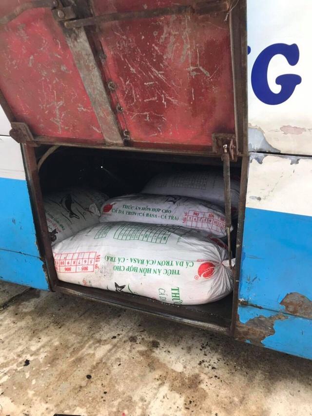 Bắt giữ xe khách vận chuyển 400kg mỡ động vật không nguồn gốc - 1