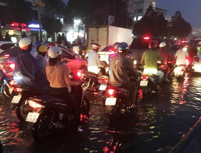 Cần Thơ mưa lớn, nhiều tuyến đường biến thành sông - 7