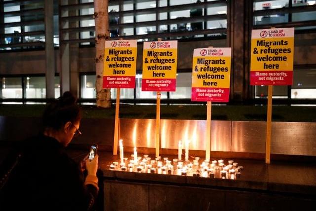 Người Anh thắp nến, đặt hoa tưởng niệm 39 nạn nhân thiệt mạng trong xe tải - 1