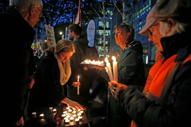 Người Anh thắp nến, đặt hoa tưởng niệm 39 nạn nhân thiệt mạng trong xe tải - 6