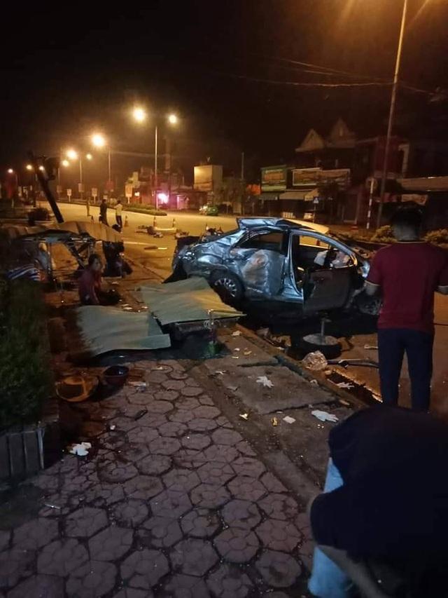 Xe khách đâm nát xe con, 3 người tử vong tại chỗ - 2