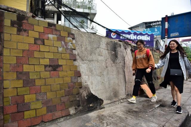 Hà Nội: Con đường gốm sứ kỷ lục Guinness xuống cấp, rạn nứt - 10