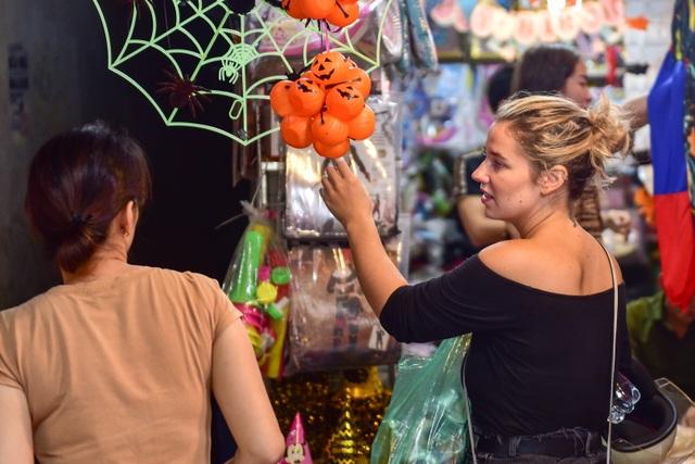 Khách nước ngoài bất ngờ khi lạc vào ma trận đồ Halloween ma mị ở Hà Nội - 5