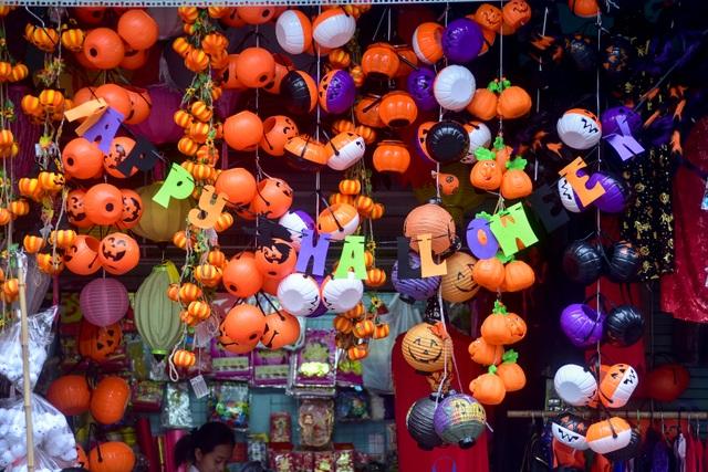 Khách nước ngoài bất ngờ khi lạc vào ma trận đồ Halloween ma mị ở Hà Nội - 9