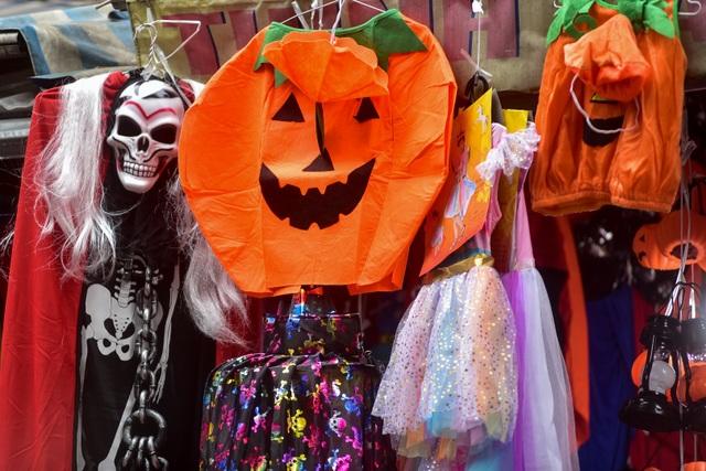 Khách nước ngoài bất ngờ khi lạc vào ma trận đồ Halloween ma mị ở Hà Nội - 3