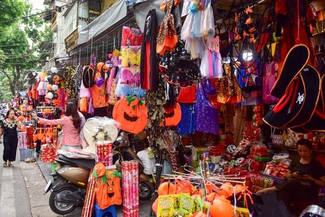 Khách nước ngoài bất ngờ khi lạc vào ma trận đồ Halloween ma mị ở Hà Nội - 8