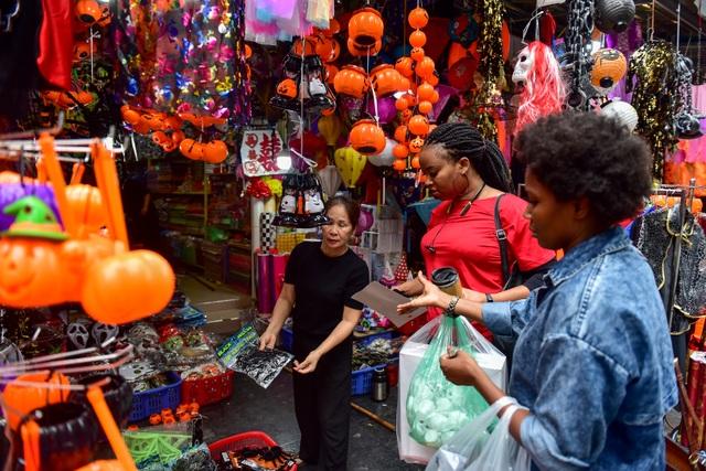 Khách nước ngoài bất ngờ khi lạc vào ma trận đồ Halloween ma mị ở Hà Nội - 2
