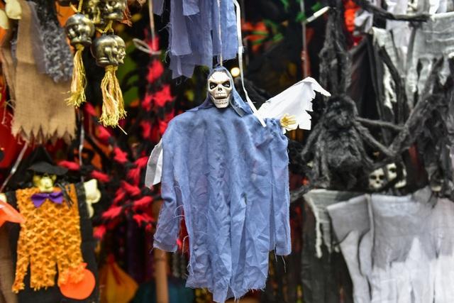 Khách nước ngoài bất ngờ khi lạc vào ma trận đồ Halloween ma mị ở Hà Nội - 6