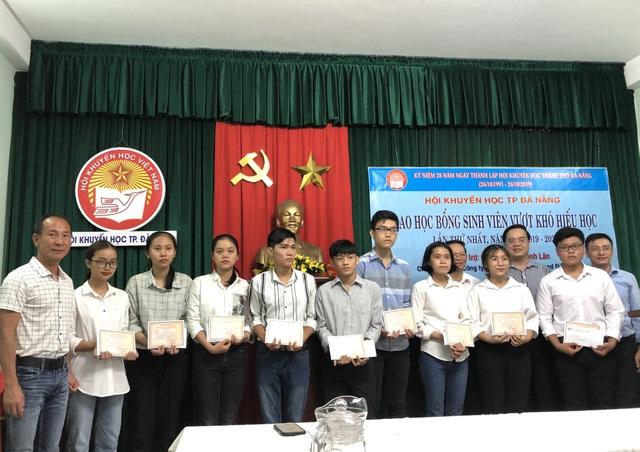 Đà Nẵng: Trao 200 triệu đồng giúp tân sinh viên vượt khó - 1