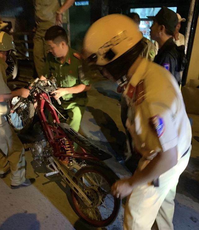 """Cảnh sát tạm giữ nhiều xe """"quái dị"""" khi đột kích bất ngờ một tiệm sửa xe  - 13"""